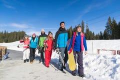 Les gens groupent avec le surf des neiges et la communication d'amis de Ski Resort Snow Winter Mountain Image stock