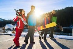 Les gens groupent avec le surf des neiges et les amis gais de Ski Resort Snow Winter Mountain Photographie stock