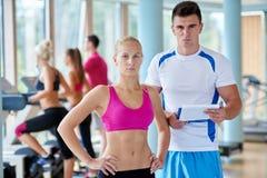 Les gens groupent en gymnase de forme physique Photos stock