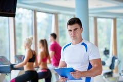 Les gens groupent en gymnase de forme physique Image stock
