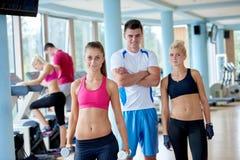 Les gens groupent en gymnase de forme physique Images stock