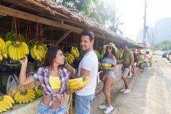 Les gens groupent le marché en plein air de fruits d'Asiatique achetant la nourriture fraîche, vacances exotiques de jeunes touri Image stock