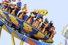 Les gens heureux jouent en parc d'attractions Images libres de droits