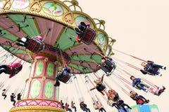 Les gens heureux jouent le chairoplane Photo libre de droits