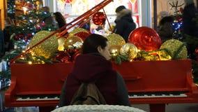 Les gens heureux pendant le temps de saison de Noël photo libre de droits