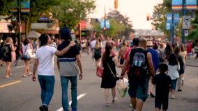 Les gens, les hommes, les femmes et les enfants marchant le long de la route banque de vidéos