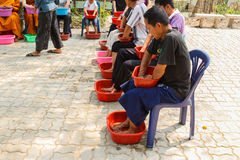 Les gens imbibent de leurs mains et pieds l'eau de fines herbes pour la SK Image libre de droits