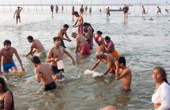 Les gens indiens recueillent l'eau sainte Images libres de droits
