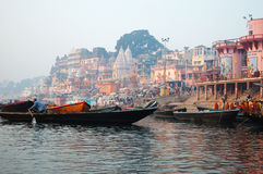 Les gens indous exécutent le puja aux ghats, Varanasi photographie stock libre de droits