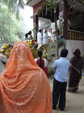 Les gens indous se réunissent en dehors d'un temple de Parvati photographie stock