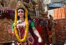 Les gens installent des idoles de déesse indoue Radha dans un pandal le jour de Hanuman Jayanti Photographie stock libre de droits