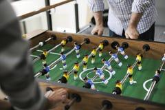 Les gens jouant appréciant la récréation le de jeu de football de Tableau de Foosball Photo libre de droits