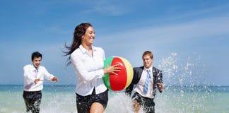 Les gens jouant appréciant le concept de vacances de voyage d'affaires Photo libre de droits