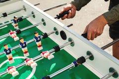 Les gens jouant appréciant le Tableau de Foosball Photographie stock