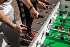 Les gens jouant appréciant le Tableau de Foosball Images libres de droits