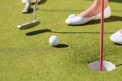 Les gens jouant au golf miniature à l'extérieur Photo libre de droits