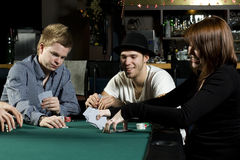 Les gens jouant au poker autour de la table Photographie stock libre de droits