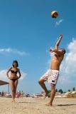 Les gens jouant au volleyball sur la plage Photographie stock