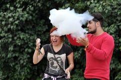 Les gens jouant avec des bulles d'hélium Photographie stock libre de droits