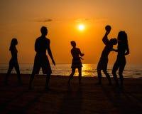 Les gens jouant avec la boule sur une plage Photo stock
