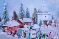 Les gens jouant dans la neige près de la caravane pendant la chute Photographie stock libre de droits