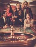 Les gens jouant dans un casino Photographie stock libre de droits