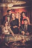 Les gens jouant dans un casino Photo libre de droits
