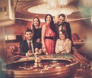 Les gens jouant dans un casino Photo stock
