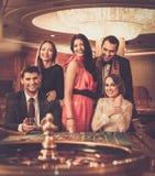 Les gens jouant dans un casino Images libres de droits