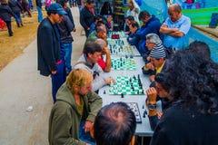 Les gens jouant des échecs dans les rues de Bogota Photo stock