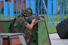 Les gens jouant des jeux de guerre Image libre de droits