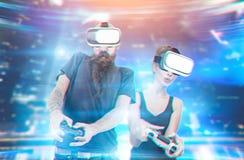 Les gens jouant des jeux de réalité virtuelle images libres de droits
