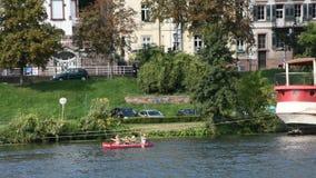 Les gens jouant et le canoë de bateau de palette en rivière Neckar à Heidelberg, Allemagne banque de vidéos