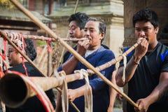 Les gens jouant Insturments musical traditionnel dans Bhag Bhairabh image libre de droits