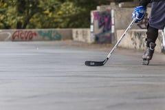 Les gens jouant l'hockey de rue avec des bâtons et des rouleaux Image stock