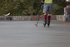 Les gens jouant l'hockey de rue avec des bâtons et des rouleaux Photographie stock