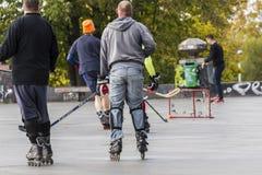Les gens jouant l'hockey de rue avec des bâtons et des rouleaux Images stock