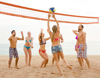 Les gens jouant le beachvolley Photos libres de droits