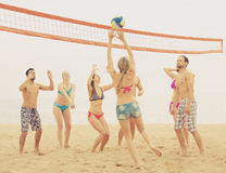 Les gens jouant le beachvolley Images stock