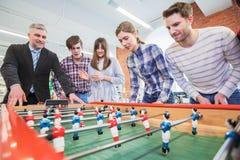 Les gens jouant le football de table Photographie stock libre de droits