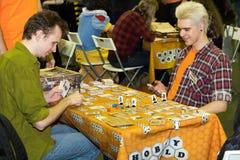 Les gens jouant le jeu de table au festival de Gamefilmexpo Photo stock