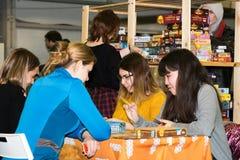 Les gens jouant le jeu de table au festival de Gamefilmexpo Photos stock