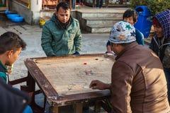 Les gens jouant le large jeu de Carrom en hiver dans le secteur de Siddhesvara Dhaam dans Namchi Le Sikkim, Inde photos stock