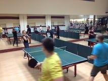 Les gens jouant le ping-pong Image libre de droits