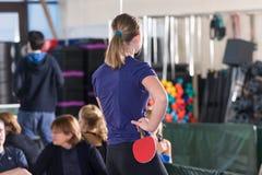 Les gens jouant le ping-pong Photographie stock libre de droits