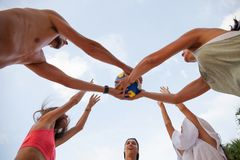 Les gens jouant le volleyball Photo stock