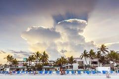 Les gens jouant le volleyball avec le coucher du soleil spectaculaire Photo stock