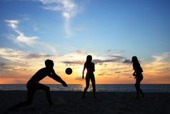 Les gens jouant le volleyball de plage Photos libres de droits