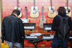 Les gens jouant les claviers avec des écouteurs Photographie stock libre de droits