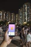 Les gens jouant Pokemon en parc Photo libre de droits